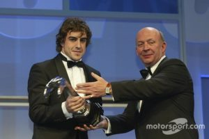 automotive-autosport-awards-2003-fernando-alonso-is-handed-the-gregor-grant-award-by-nigel