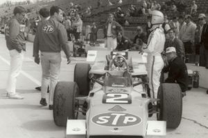 1969_Andretti_and_crew_in_pits